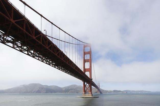 흐린 날 미국 캘리포니아 금문교의 아름다운 사진