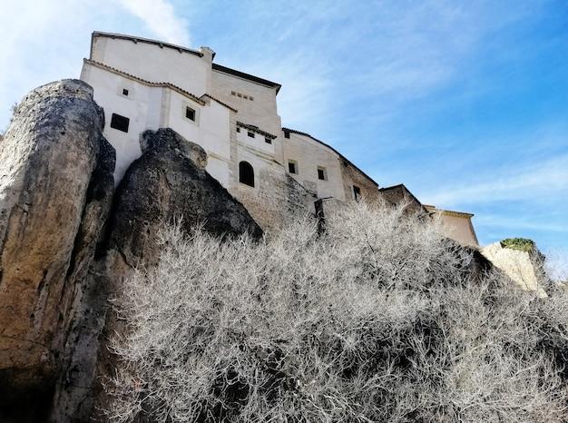 쿠 엥카, 스페인에서 맑은 날에 절벽에 매달려 집의 아름다운 샷