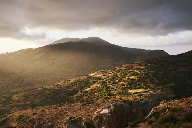 Красивый снимок холмов эгиали на острове аморгос, греция