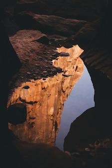 Красивый снимок внутренней части пещеры с отражением света в воде