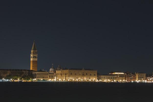 Красивый снимок каналов венеции италия в ночное время