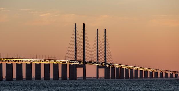 Красивый снимок эресуннского моста в мальмё в швеции