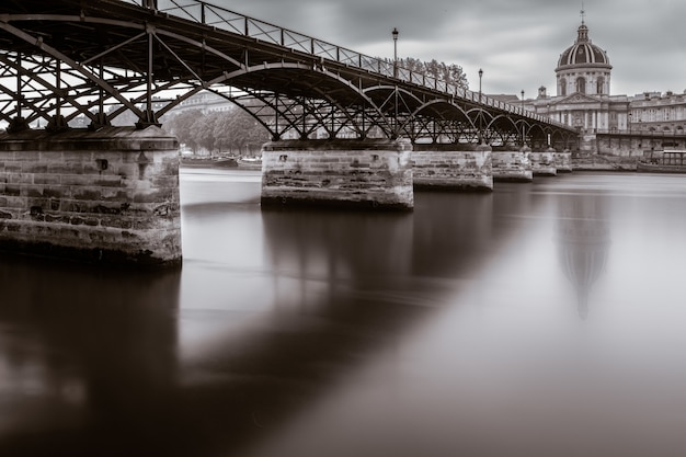 Красивый снимок моста искусств и института франции в париже, франция