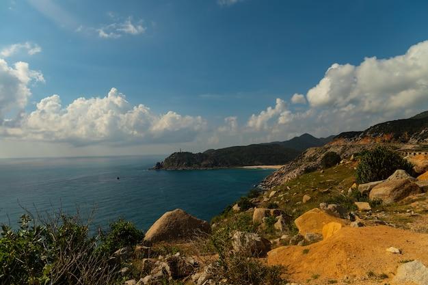 베트남의 푸른 하늘 아래 산 근처 바다의 아름다운 샷