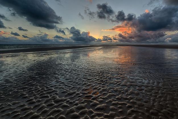바다에 반영하는 일몰의 아름 다운 샷