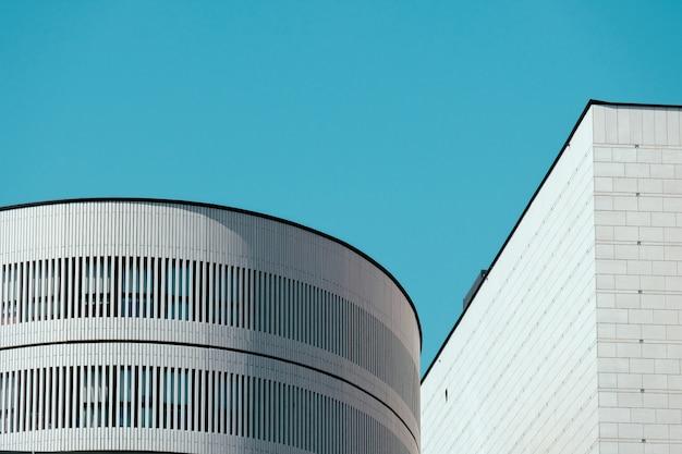 Красивая съемка верхней части белых зданий с ясным голубым небом
