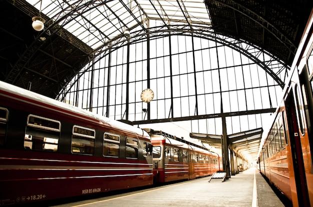노르웨이의 낮에 역에 도착하는 열차의 아름다운 샷