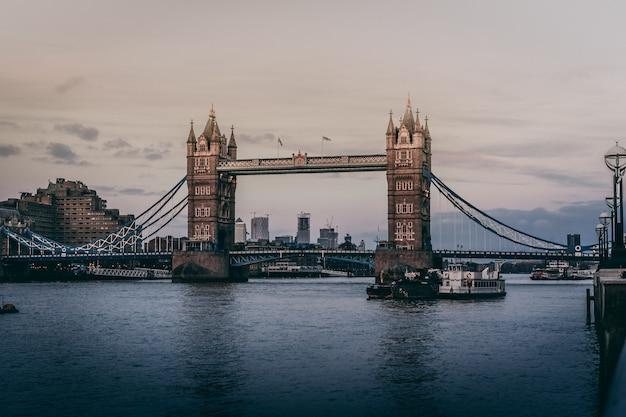 Красивый выстрел из тауэрского моста в лондоне