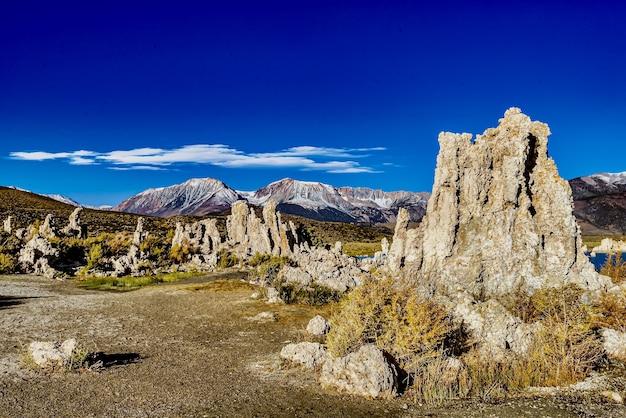 Красивый снимок башен из туфа в государственном природном заповеднике моно-лейк-туфа в калифорнии