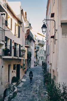 Bella ripresa di una vecchia strada della città di suquet, cannes, francia
