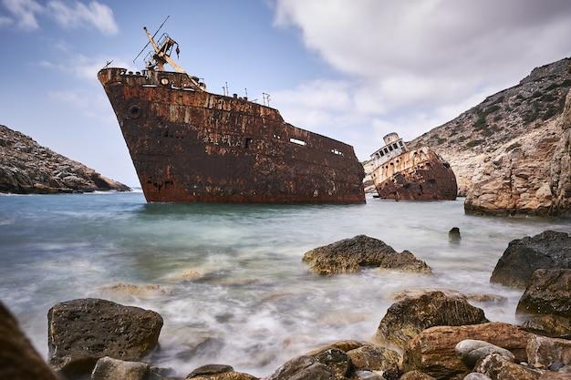 Bella ripresa del naufragio di olympia nell'isola di amorgos, grecia