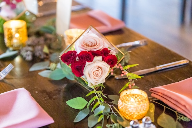 Bellissimo scatto dell'originale decorazione floreale del matrimonio