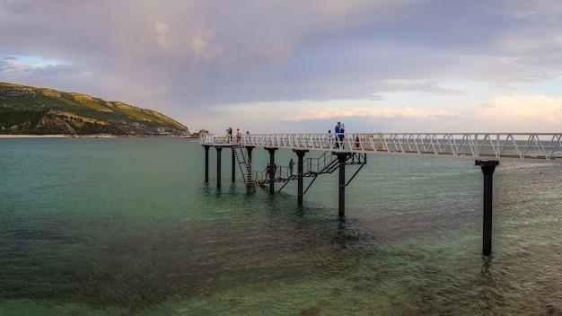 Bel colpo di persone sul porto nel parque natural da arrábida, casal, portogallo