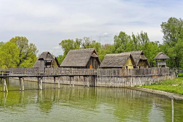 Bella ripresa del museo pfahlbau unteruhldingen uhldingen-mühlhofen germania attraverso le acque