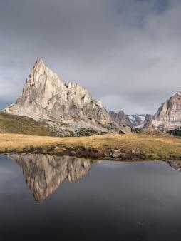 Bella ripresa del riflesso delle montagne in un lago in italia
