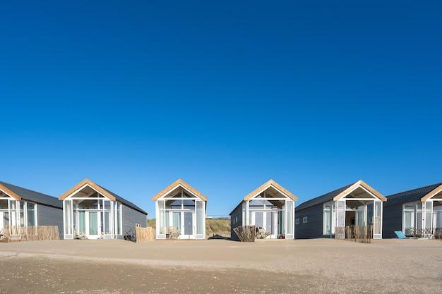 Bellissimo scatto di cabine di riposo su una spiaggia di sabbia