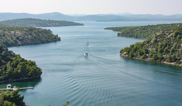 Bella ripresa di un fiume nel parco nazionale di krka di lozovac, croazia
