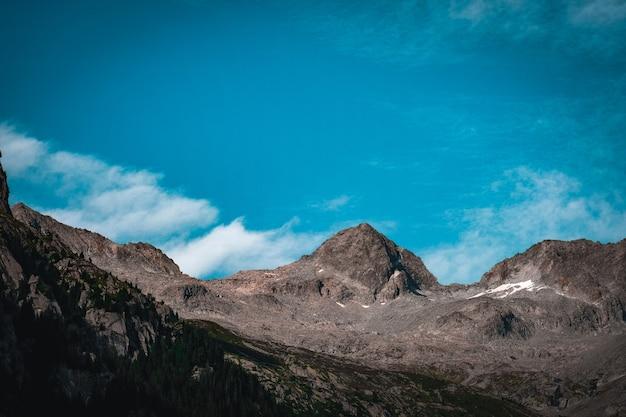 Bellissimo scatto di montagne rocciose con cielo blu