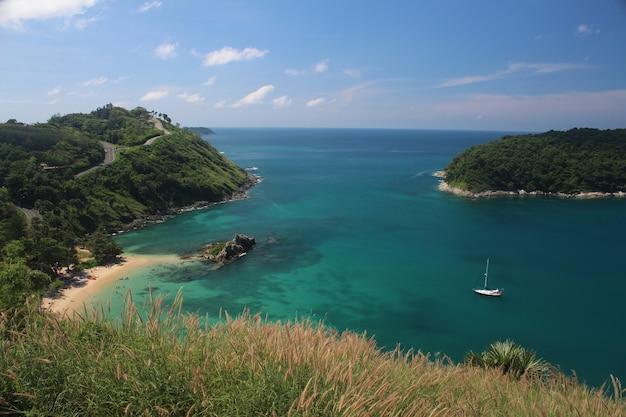 Bello scatto di una vista sul mare dalla spiaggia di nai harn, provincia di phuket, thailandia