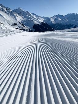 Bellissimo scatto di un paesaggio di montagna innevato con linee perfette