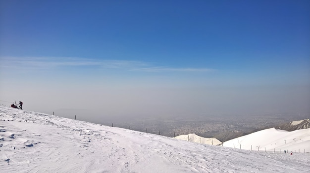 Bellissimo scatto di montagne innevate e due persone a sinistra