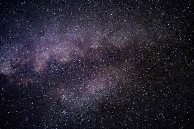 Bellissimo scatto di stelle nel cielo notturno