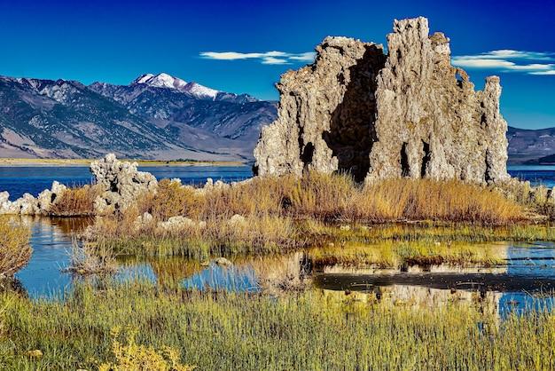 Bellissimo colpo di torri di tufo a mono lake tufa state natural reserve in california