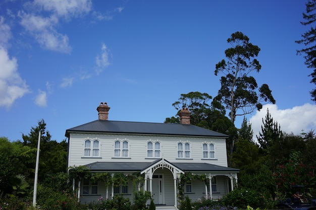 Beautiful shot of a white building in hamilton gardens, new zealand under a blue sky