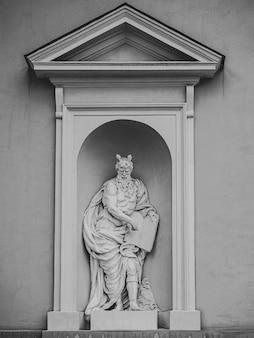 Bellissimo scatto di una scultura di nicchia bianca di un uomo anziano