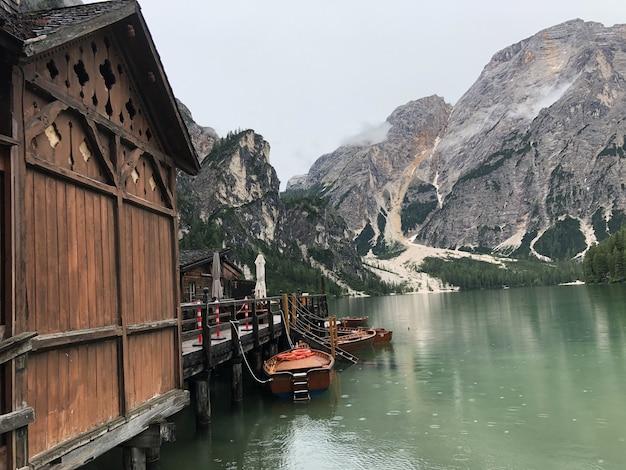 Bellissimo scatto di barche in legno sul lago di braies