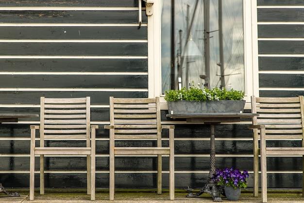 Bellissimo colpo di sedie in legno sotto il portico di una casa in legno