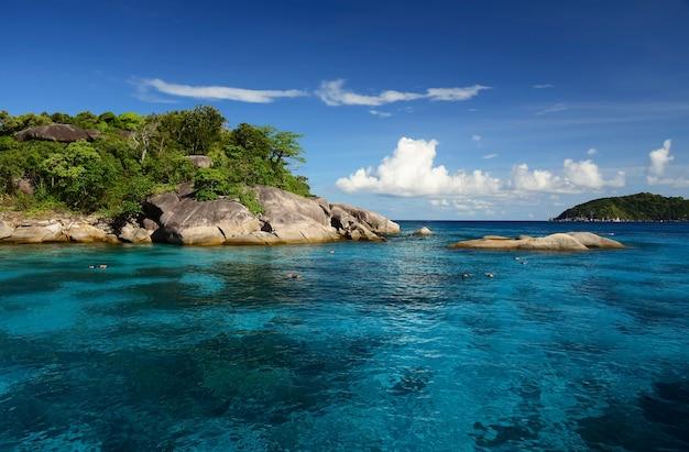 Красивые острова симилан в андаманском море, таиланд Premium Фотографии