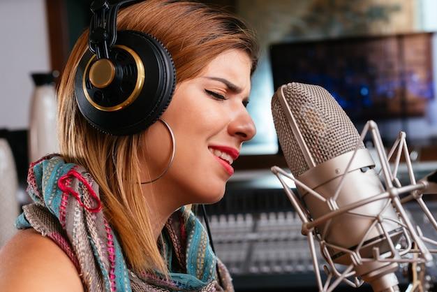 Красивая певица