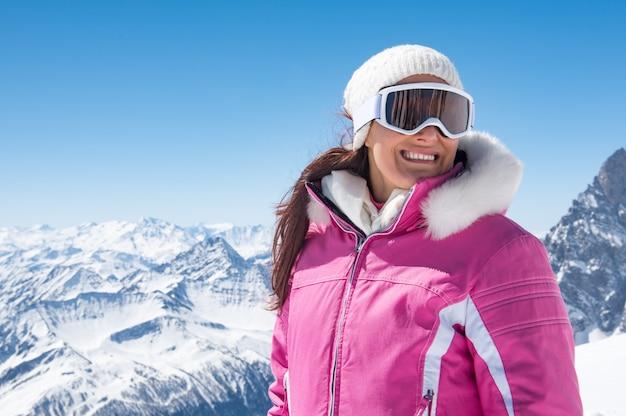 冬の美しいスキーヤー女性