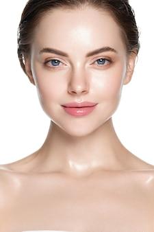 Красивая кожа и здоровые волосы женщины чистый естественный макияж, изолированные на белом косметической концепции