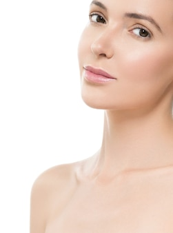 美しい肌と健康な髪の女性は、自然なメイクをきれいにします。白で隔離。スタジオショット。