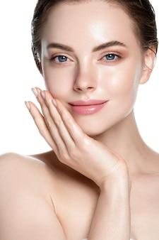 Красивая кожа здоровые волосы женщина чистый естественный макияж, изолированные на белом косметической концепции руками