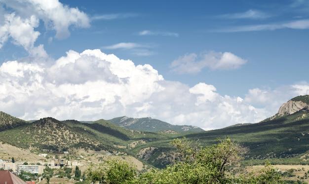 クリミアバレーの山の風景の上の美しい空。セントジョージ山。