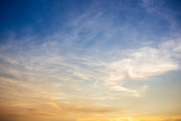日没時に美しい空と雲。
