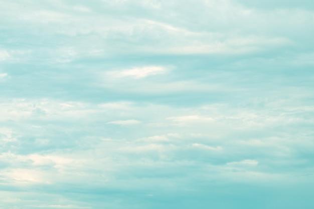 柔らかなパステルカラーの美しい空と雲。