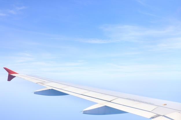 飛行機から撮った美しい空と雲、高さ約25000〜30000フィートの地面