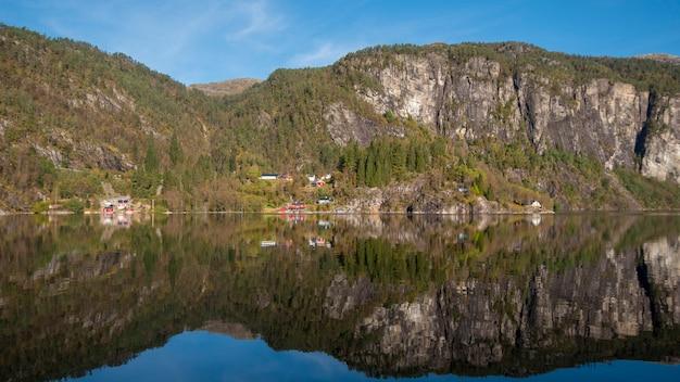 Красивое отражение неба и воды от фьорда бергена, норвегия