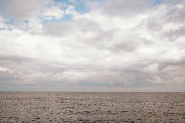 海の上の美しい空。海で完全に落ち着いてください。穏やかで美しい海の自然。素晴らしい海の風景。