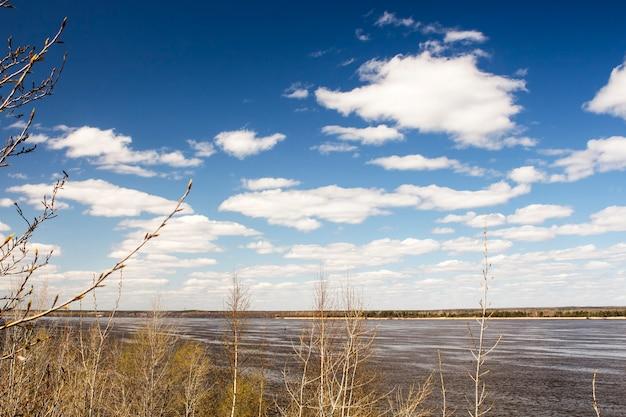 화창한 봄날에 볼가 강 위의 아름다운 하늘.