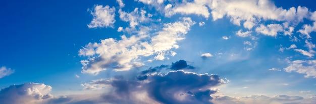 白い雲と美しい空のパノラマ。自然な背景。