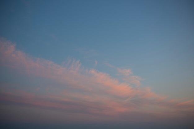 Красивое небо с облаками перед закатом голубое небо и розовые облака лето