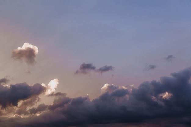 Красивое небо с облаками перед закатом естественный фон