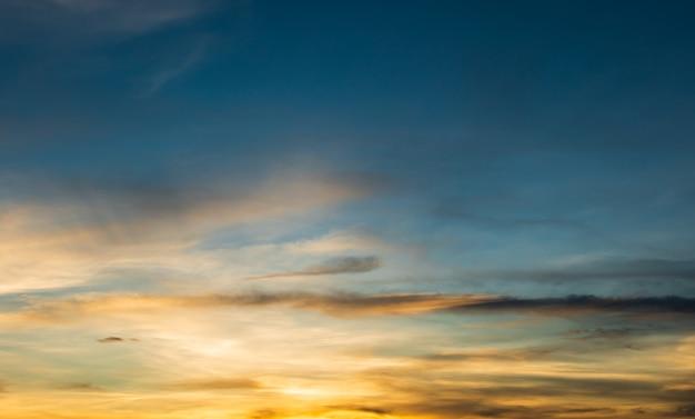 雲の背景と美しい空、雲と空天気自然雲青、雲と太陽と青い空、日の出の雲。