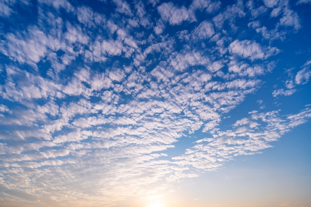 일몰 또는 일출 하늘 배경 전에 구름과 아름 다운 하늘.