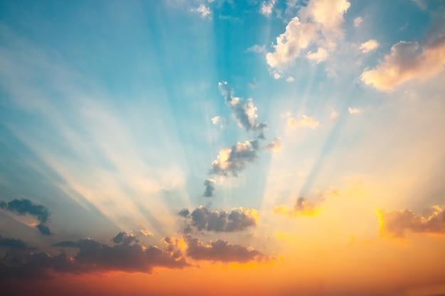 太陽の黄金の光の中で雲と美しい空。